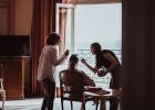 Préparation de la mariée dans sa chambre d'hôtel